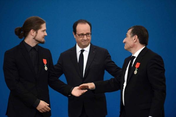 Hollande décore les rescapés des frères Kouachi à Dammartin