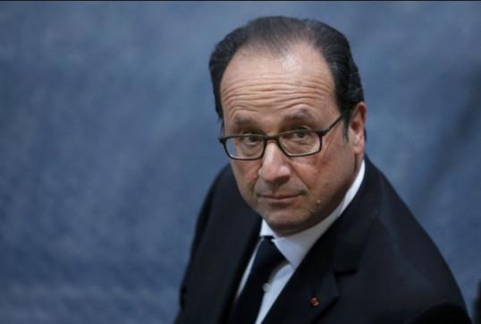 Dans la tourmente, Hollande se place dans les pas de Mitterrand