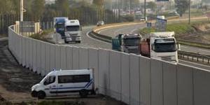 """MIGRANTS : Le mur """"anti-intrusions"""" de Calais est achevé"""