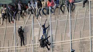 Un millier de migrants tentent d'entrer dans l'enclave de Ceuta