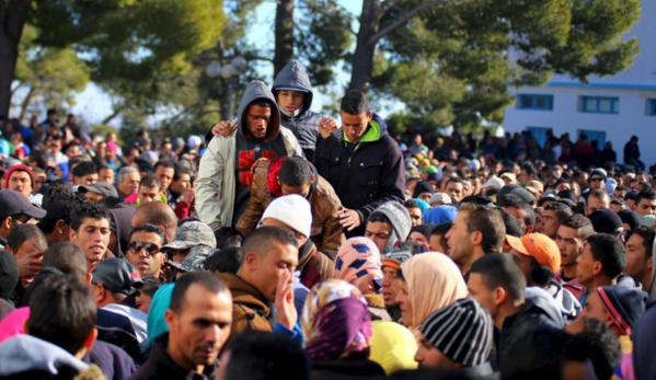 Heurts entre policiers et jeunes demandant du travail en Tunisie