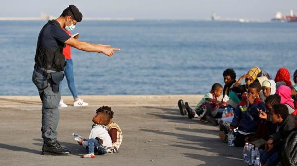 (Deux fois plus d'enfants seuls arrivés en Italie en 2016