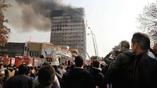 Un immeuble de 15 étages s'effondre à Téhéran, 20 pompiers tués sous les décombres (mise à jour)