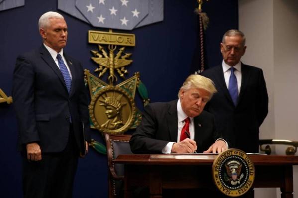 """Trump signe un décret pour """"reconstruire"""" les forces armées des Etats-Unis"""