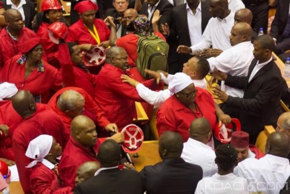 Afrique du Sud: échange de coups au Parlement lors de l'expulsion de députés d'opposition