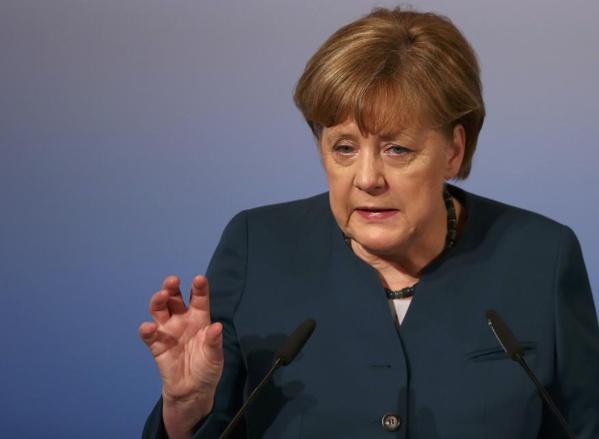 """Merkel reconnaît que la valeur de l'euro est un """"problème"""""""