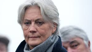 """France/présidentielle: Penelope Fillon a conseillé à son mari de """"continuer jusqu'au bout"""" (entretien)"""