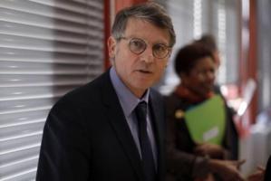 """« Chambres à gaz » : l'équipe de Macron dénonce un """"dérapage inqualifiable"""" de Peillon"""