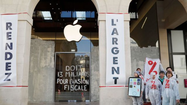 Attac repeint en blanc une boutique Apple pour dénoncer l'évasion fiscale