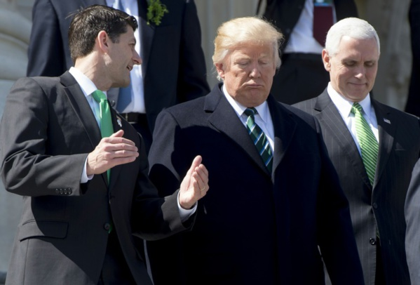 Trump entre Ryan (président de la Chambre des repréentants) et le vice-président Pence (photo AFP)