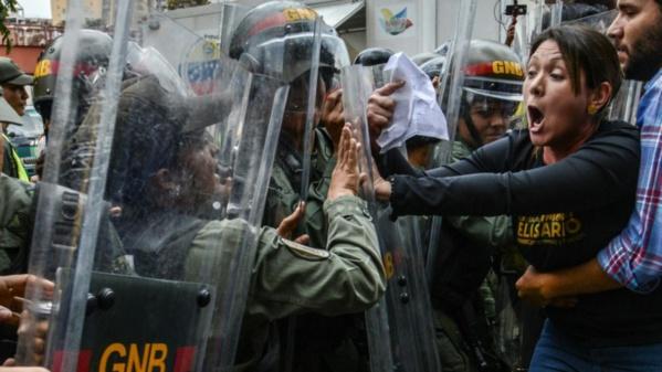 """Venezuela: critiques internationales du président Maduro, accusé de """"coup d'Etat"""""""