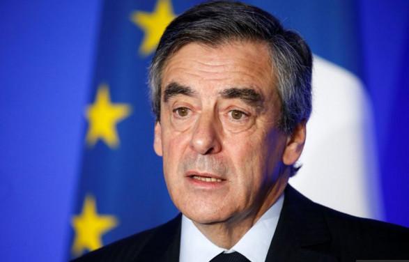 """Fillon mitraille Macron, appelle à """"casser la baraque"""""""