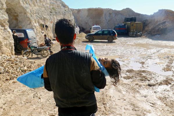 Un enfant victime transporté par un secouriste (photo Reuters)