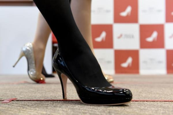 Canada: l'obligation de porter des talons hauts au travail interdite