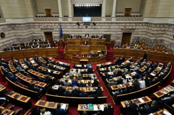 Grèce: sous pression, le Parlement adopte de nouvelles mesures de rigueur