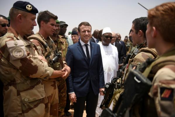 Devant IBK, Macron appelle à «agir sans barguigner» pour la paix