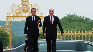 Macron accueille Poutine à Versailles avec les fastes de la monarchie républicaine