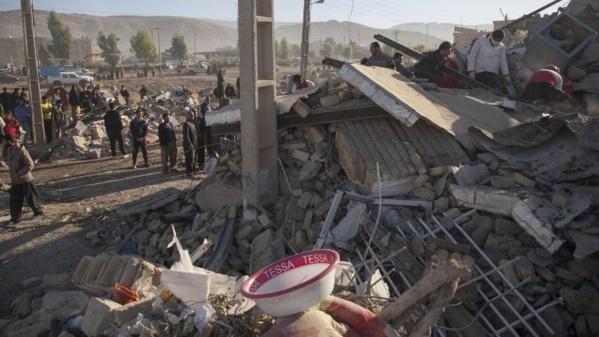 Séisme: plus de 400 morts en Iran, deuxième nuit dehors pour les rescapés