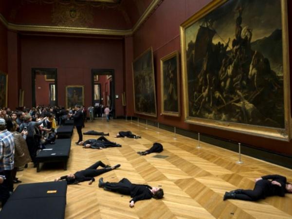 Happening militant au Louvre contre le mécénat de Total