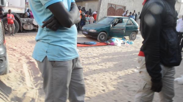 Le gendarme enseveli dans un tissu près de son véhicule