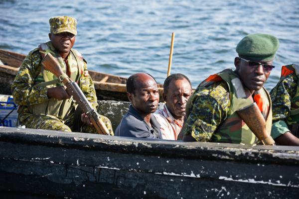 Deux pêcheurs congolais (RDC) arrêtés par des militaires ougandais (photo La Croix)