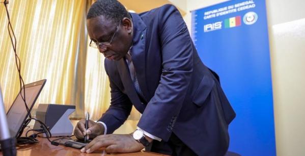Le président de la république lors de la réception de sa carte d'identité biométrique Cedeao