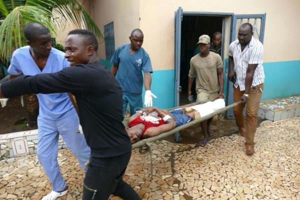 Un blessé évacué sur une civière