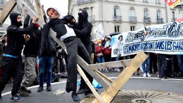 Deux hommes condamnés pour avoir pendu un mannequin de Macron