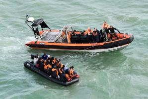 Des migrants traversent la Manche en kayak