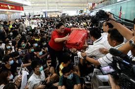 """Nouveaux heurts à l'aéroport de Hong Kong, Lam dénonce le """"chaos"""""""