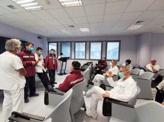 Des experts médicaux chinois avec leurs homologues italiens à Bergame