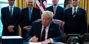 Coronavirus : Trump signe un gigantesque plan de relance à 2000 milliards
