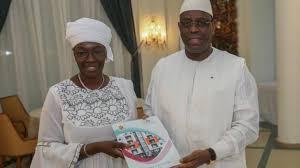 La présidente de l'Ofnac et le chef de l'Etat au cours de la remise d'un rapport annuel.