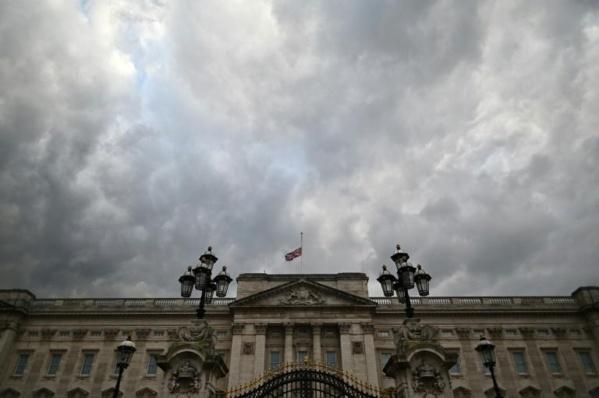 Royaume-Uni : Salves de tirs et silence en hommage au prince Philip