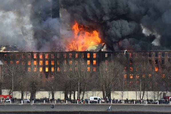 Fabrique historique : Un gigantesque incendie s'est déclaré à Saint-Pétersbourg