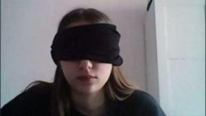 École et pandémie : Une élève obligée de se bander les yeux pendant un examen en ligne
