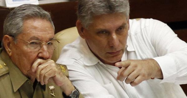 Raul Castro (g.) et Miguel Diaz-Canel, le futur numéro 1 du régime.