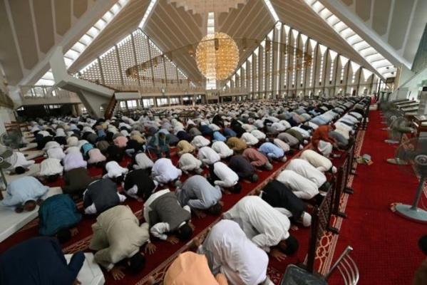 Au Pakistan, les mosquées font le plein malgré les cas de COVID-19 en hausse