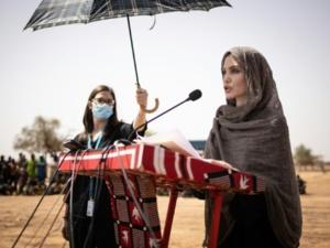 BURKINA : La star américaine Angelina Jolie soutient des réfugiés maliens