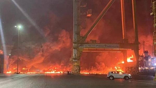 Un violent incendie maîtrisé dans le principal port de Dubaï après une explosion