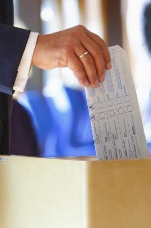Allemagne: le candidat conservateur commet une bourde en votant