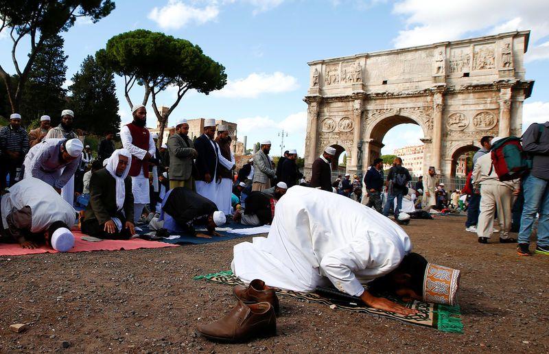 Des musulmans privés de mosquée prient aux abords du Colisée