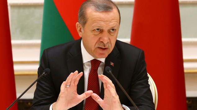 Erdogan accuse l'Occident de soutenir l'État islamique (EI) en Syrie.