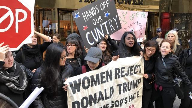Les femmes en marche contre le sexisme de Trump
