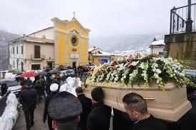 Hôtel dévasté en Italie: 15 morts et 14 disparus, premières funérailles