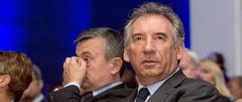 """Fillon sous l'influence """"des puissances d'argent"""", dit Bayrou"""