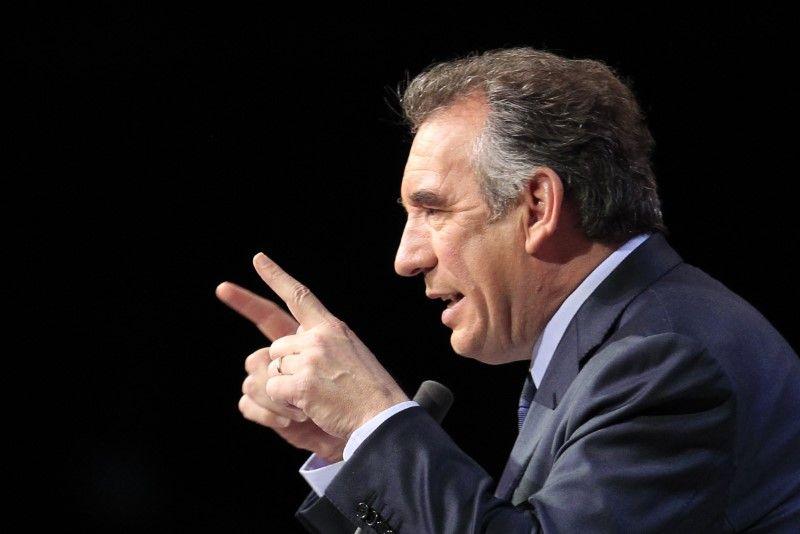 """Bayrou critique """"l'obstination de Fillon"""", fait durer le suspense"""