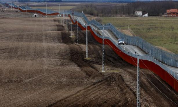 Migrants : Budapest construit sa nouvelle barrière à la frontière sud
