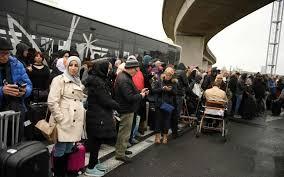 Evacuation de l'aéroport d'Orly à Paris, un homme abattu