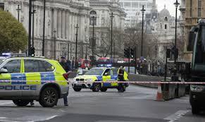 """Tirs au Parlement britannique: la Première ministre """"va bien"""", la police évoque une « attaque terroriste »"""